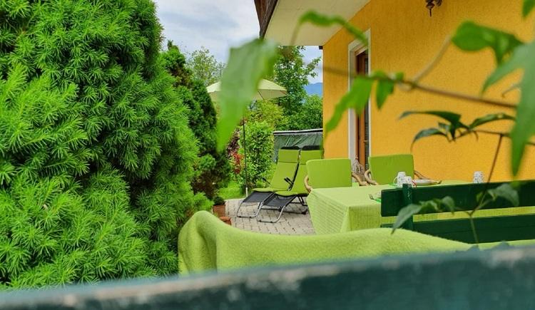 Blick auf die gemütliche Terrasse der Dreimäderlhaus Dependance in Bad Goisern. (© Gabriele Untersberger)