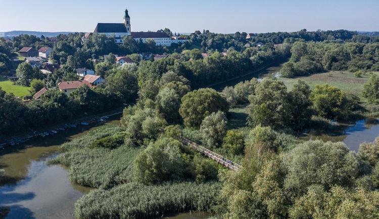 Radfahren im InnviertelIm Vordergrund sind die Innauen in Reichersberg von oben zu sehen. Im Hintergrund sieht man das Stift Reichersberg. (© ARGE Innradweg_Josef Reiter)