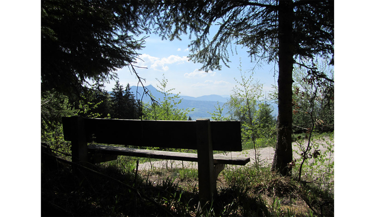 Bankerl am Wegesrand mit Blick auf die Berge. (© Tourismusverband MondSeeLand)