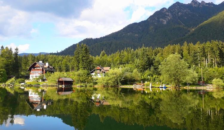 Sommerliche Außenansicht der Ferienwohnung in Bad Goisern mit direktem Seezugang vom Hallstättersee fotografiert.