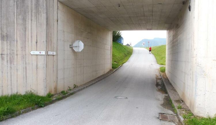 Von der Tennishalle kurz Richtung Osten und durch die Bahn. (© Tourismusverband Ausseerland-Salzkammergut)