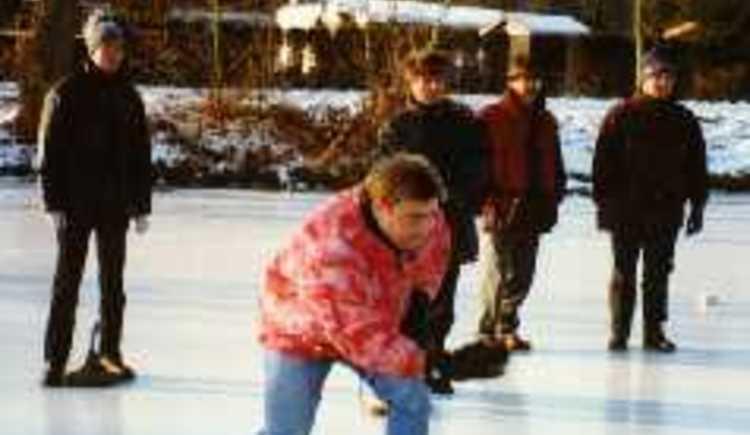 Eisstockschützen im Jachthafen