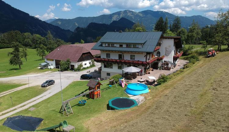 Terrasse & Spielbereich direkt beim Haus (© Berghof Sturmgut)