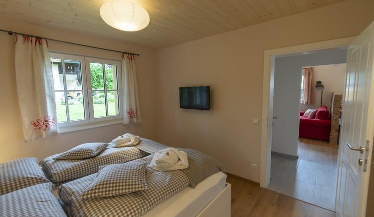 Das freundliche Schlafzimmer im Erdgeschoss bietet Platz für zwei Personen.