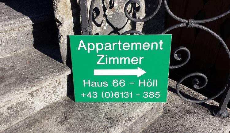Wegweiser zum Eingang der Ferienwohnung. (© Johann Höll)