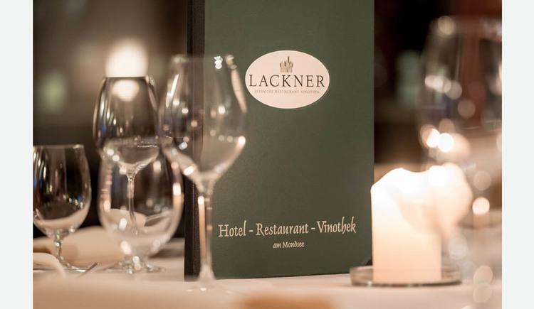 Gläser, Kerzen, Karte stehen auf einem Tisch. (© Lackner)