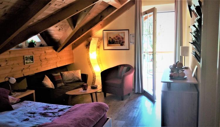 Gemütliches Ambiente, wohlfühlen mit warmen Farben und viel Holz in der Ausstattung