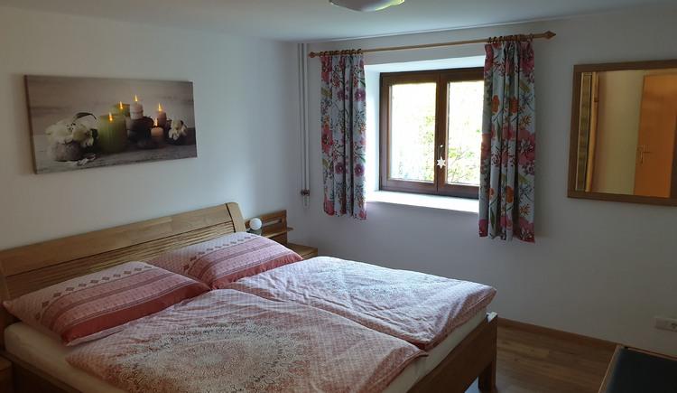 Am Foto siehst du das schöne Schlafzimmer mit Doppelbett in der Ferienunterkunft Haus 66 in Obertraun. (© Johann Höll)