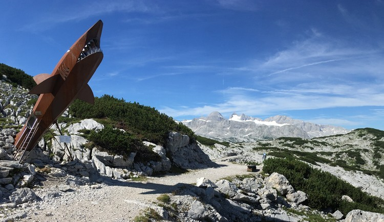 The family-friendly hiking trail leads past the Dachstein Shark through the beautiful karst landscape. In the background you see the Dachstein Glacier. (© Ferienregion Dachstein Salzkammergut)