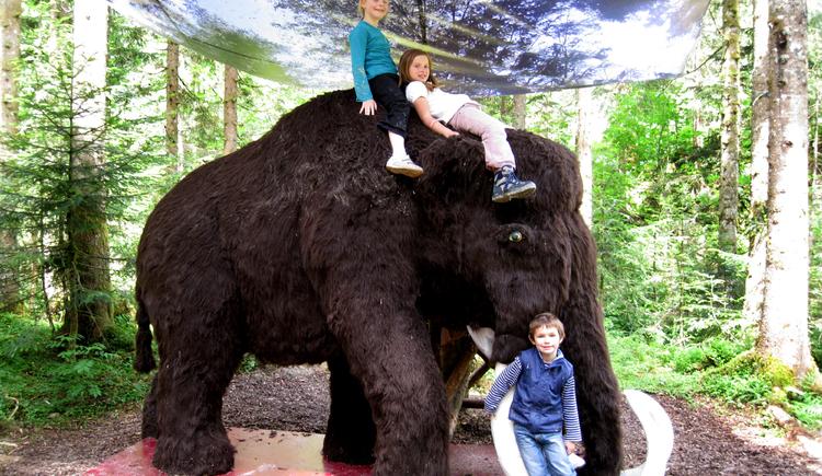 Das Mammut lässt die Kinder auf sich reiten. (© Sperr Michael)