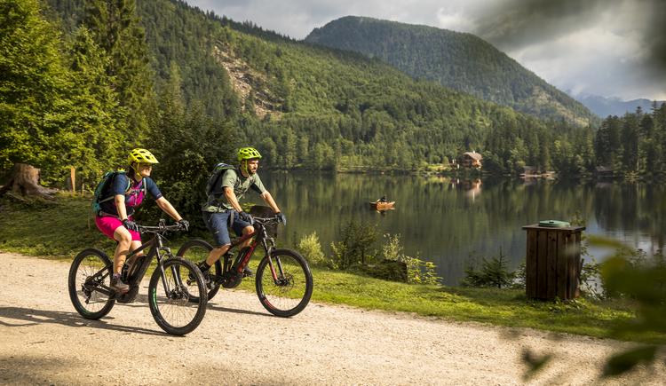 Auf der Dachsteinrunde erwarten den Mountainbiker auch einige Seen.