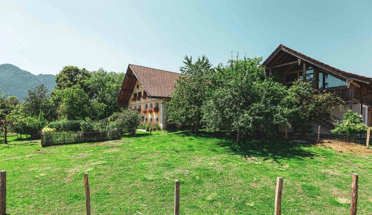 Haus mit Nebengebäude und Wiese. (© Aubauer)