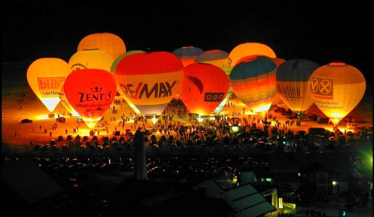 Nacht der Ballone in Mittertal von Gosau beim Hornspitzlift. (© Ehrenfried Vierthaler)