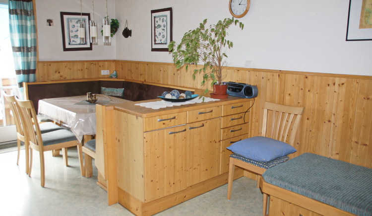 The sitting area in the kitchen of holiday flat Gosaukamm invites to enjoy and relax.