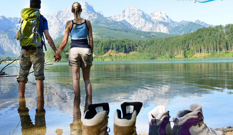 Genuss am Almfluss für Genießer! Blick über den Almsee auf das Tote Gebirge im Almtal! (© Tourismusverband Almtal-Salzkammergut, Genuss am Almfluss)