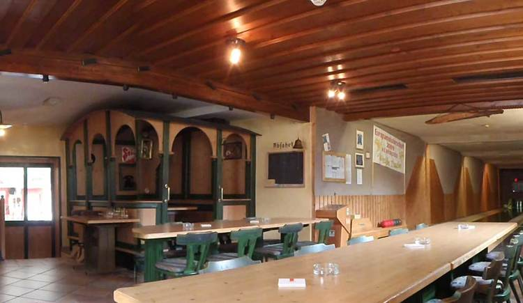 Innenbereich mit Tischen und Stühlen. (© Weiße Taube)