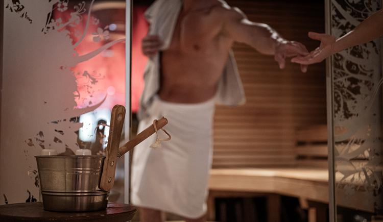 Bei uns werden Sie ins Schwitzen kommen. Unter anderem auch in der BERGERGUT Saunalounge mit Feuerstelle. Zur Abkühlung wird zwischendurch Ihr Lieblingscocktail gereicht, bevor Sie Ihren nächsten Saunagang antreten. Feurige Liebe inklusive.Saunalounge mit offenem Kamin, Aromagrotte, Caldarium, Dampfbad, Kuschel-Nischen, Finnische Sauna, Kräutersauna, Infrarot, Sole-Dampfbad, Eisbrunnen,... (© BERGERGUT Pürmayer GmbH)