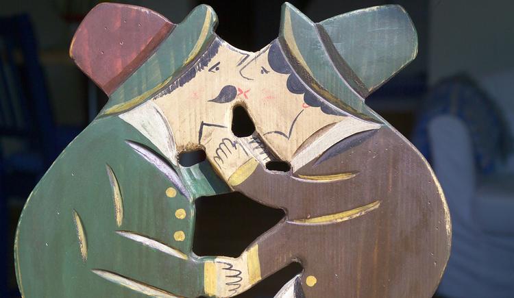 bemaltes Pärchen aus Holz küssend. (© Langwallner)