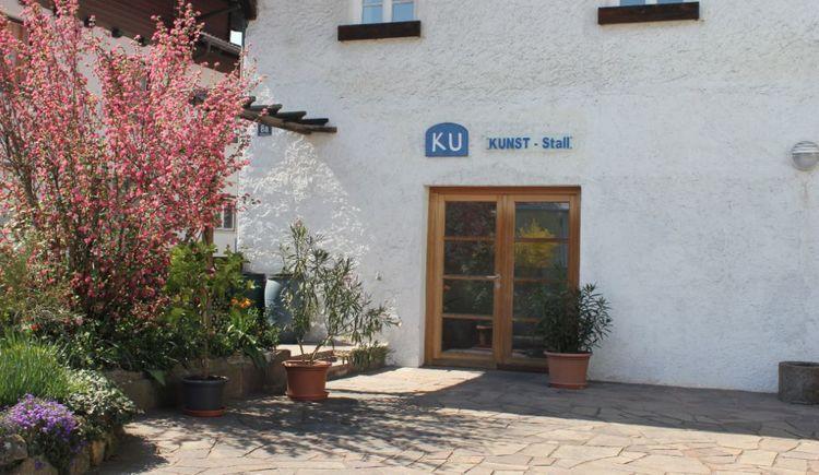 Foto zeigt den Eingang beim KU-Stall in St. Georgen im Attergau. (© TVBAttersee-Attergau_Foto:SimonePuchner)