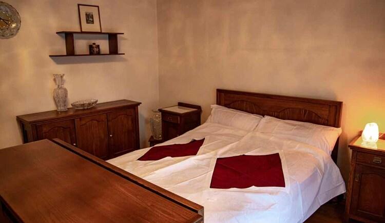 Schönes Doppelzimmer im traditionellen Stil in der Butschi-Suite Bad Goisern. (© Sommerfrische Apartments)