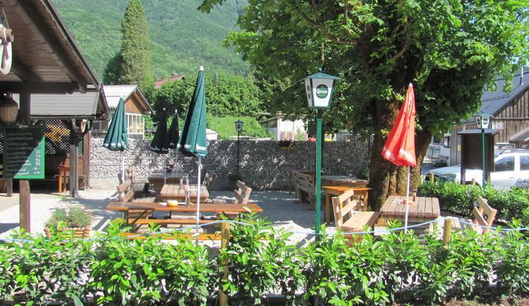 Hier lässt es sich entspannt seinen E-Bike Akku beim Weissenbachwirt im Gastgarten aufladen.