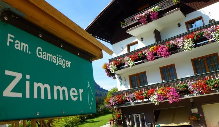 Unser Gästehaus im Sommer von vorne präsentiert sich mit vielen bunten Blütenblumen. (© Eveline Glöckl)