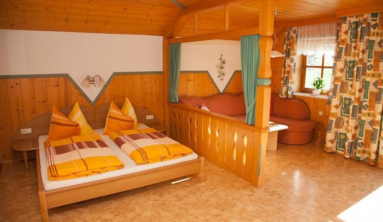 Wohn- und Schlafbereich in der Ferienwohnung. (© Hubner Hans)