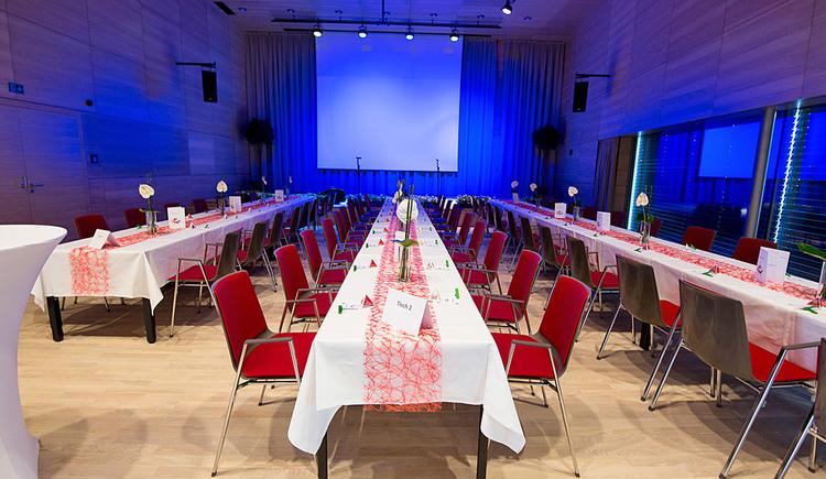 Veranstaltungssaal mit Galabestuhlung. (© Stadtgemeinde Marchtrenk)