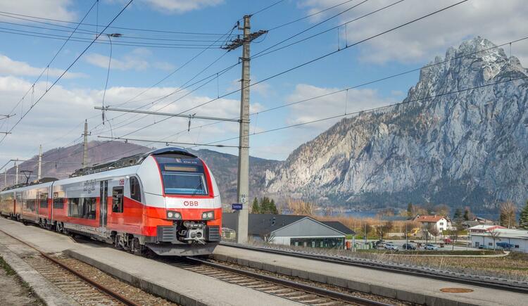 Bahnhof Traunkirchen mit Cityjet vor Traunstein (© Foto ÖBB, Kriechbaum)