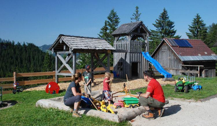 Für Kinder steht ein Spielplatz zur Verfügung. (© Ferienregion Dachstein Salzkammergut)