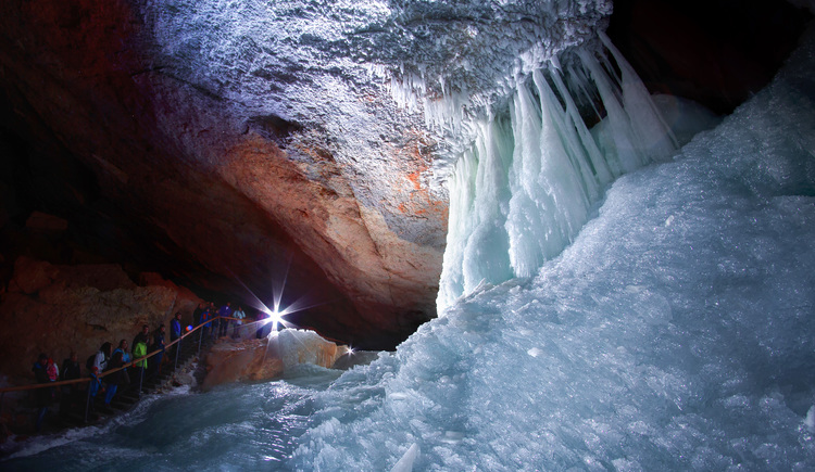 Explore the giant ice cave in Obertraun at foot of Krippenstein. (© Dachstein Tourismus AG/Manfred Schöpf)