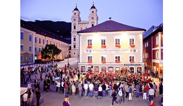 viele Personen stehen vor dem Gebäude der Landgemeinde. (© Tourismusverband MondSeeLand)