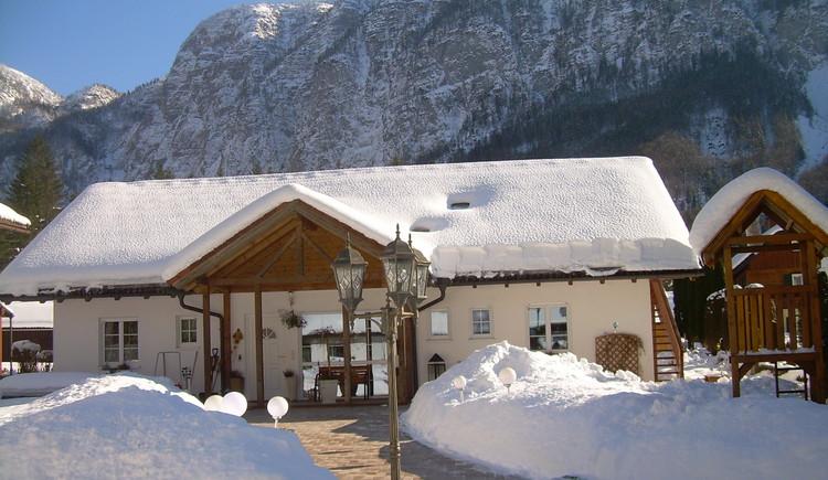 Unser Haus liegt ruhig am Wald, umgeben von Bergen, direkt am Naturschutzgebiet, an der Langlaufloipe u. an den Rad-u. Wanderwegen. (© Landhaus Bergidyll)