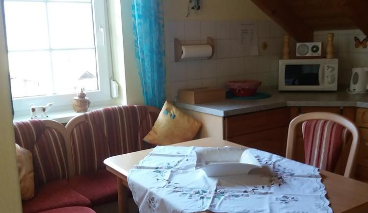 Viel Platz auf der neuen Eckbank u. in der voll u. hochwertig ausgestatteten Küche mit Spülmaschine, Riesen Touch-Ceranfeld u. vielem mehr