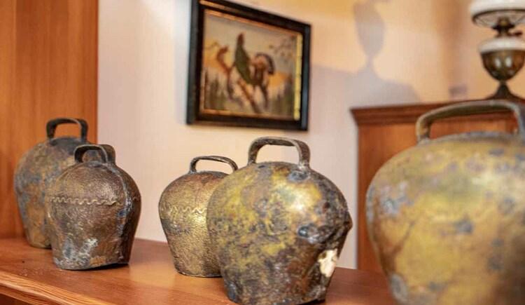 Kuhglocken zur Dekoration in der Butchi-Suite. (© Sommerfrische Apartments)