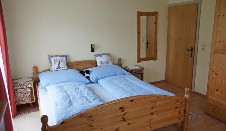 Die Ferienwohnung bietet zwei Schlafzimmer, die je mit einem Doppelbett ausgestattet sind. (© Manuela Sommerer)