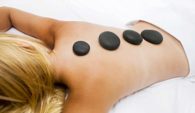 Merkur Lifestyle - Hot Stone Massage (© Villa Seilern Betriebs GmbH, www.villaseilern.at)