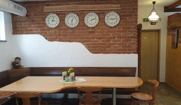 Gaststube mit verschiedenen Uhrzeiten (© Wirtshaus zur Krenbrücke)