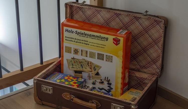 Ein Koffer mit einem schönen Spielesortiment steht für die Gäste des Chalets bereit.