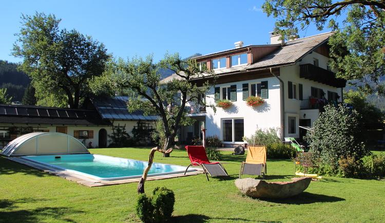 Die Ferienwohnung hat einen großen Garten und einen Pool. (© Herbert Laserer)