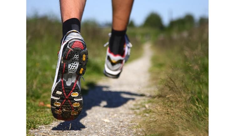 Füße mit Sportschuhe. (© shutterstock)