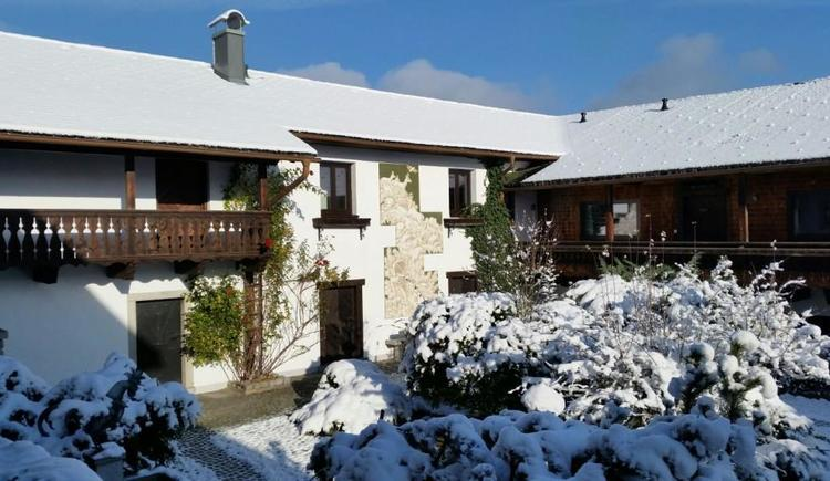 Der verschneite Innenhof im Winter (© privat)