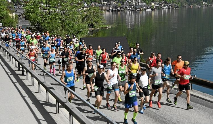 Many participants make their way around the Lake Hallstatt. (© Viertbauer)