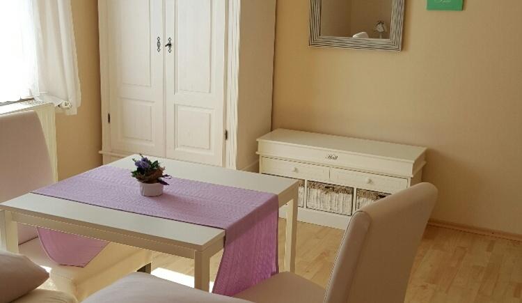 Die Zimmer sind sehr hell, neu renoviert und gemütlich eingerichtet. (© Promberger Alfred)
