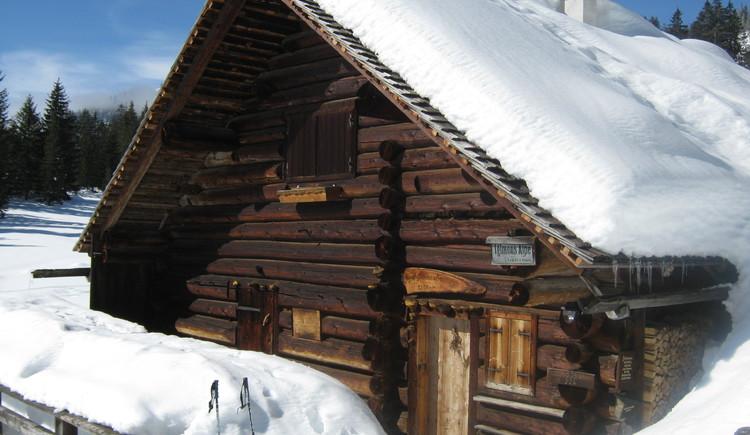Die Iglmoosalm tief verschneit im Winter. (© Anna Urstöger)