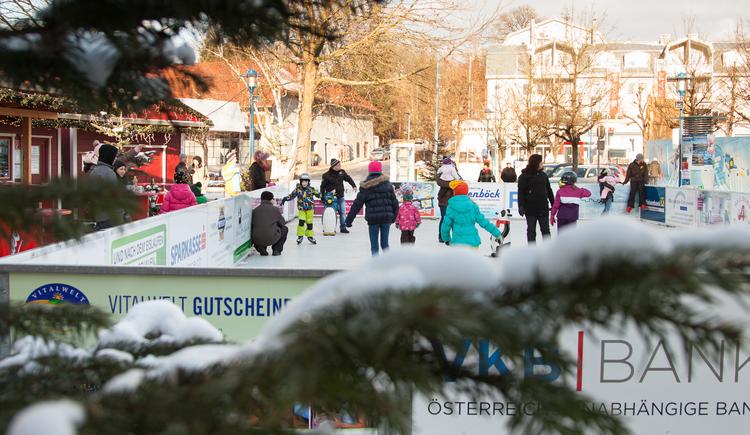 Eislaufplatz im Winterdorf (© M. Penninger)