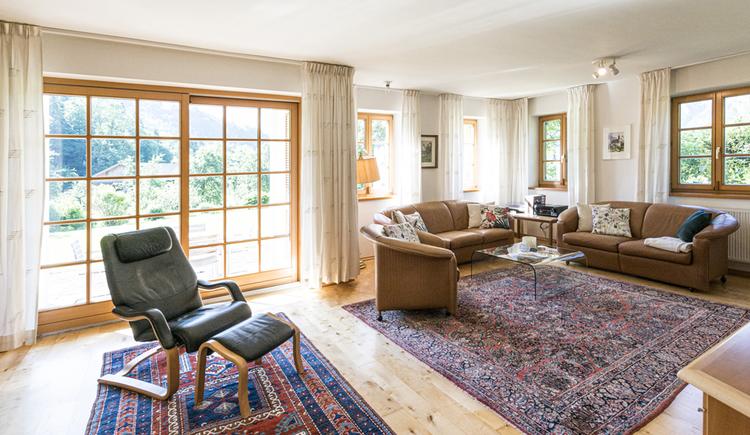 Hier sieht man das große, gemütliche Wohnzimmer der Villa Anna.