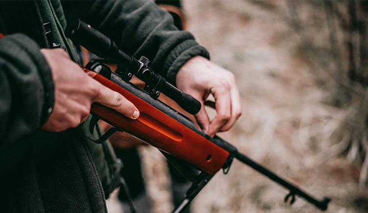 Bild zeigt Ladung einer Jagdwaffe