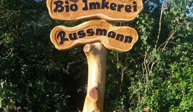 Bio Imkerei Russmann Schild. (© Bio Imkerei Russmann; Familie Gerhard Russmann)
