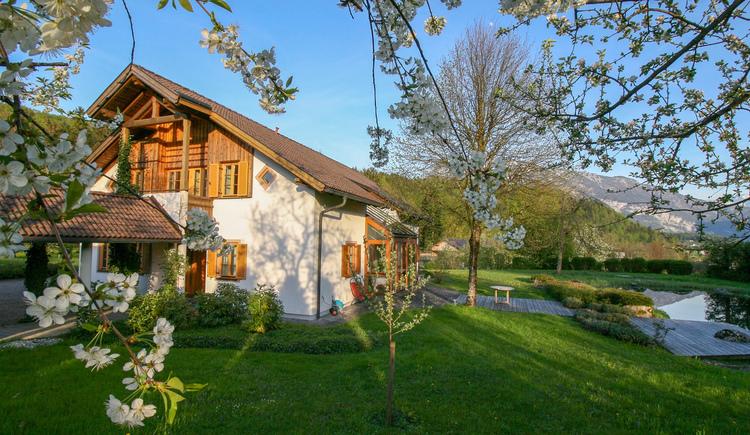 Außenansicht im Frühling vom Ferienhaus Villa Anna in Bad Goisern am Hallstättersee in der Ferienregion Dachstein Salzkammergut.